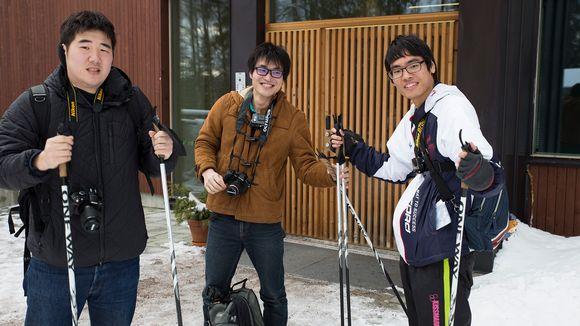 Japanista saapuneet turistit lähdössä lumikenkä retkelle Nuuksion kansallispuistoon.