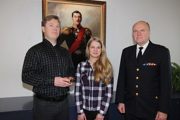 Vasemmalla tunnustuksen saanut Teemu Keravuori, pelastustehtävässä avustanut tytär Niina Vartio sekä pelastusjohtaja Jorma Lilja.
