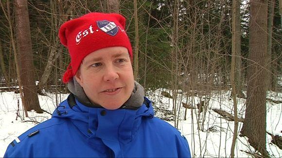 HIFK Fan Clubin hallituksen jäsen Kati Puhakka toivoo uutta jäähallia vanhan tilalle.