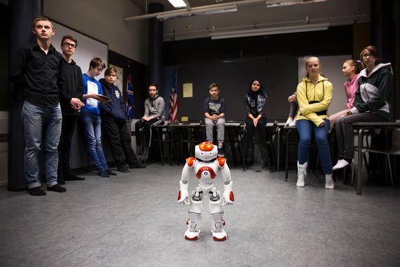 Video: Koulurobotti Zora ja oppilaita Aurinkolahden peruskoulussa