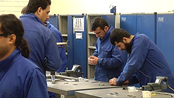 Stadin ammattiopiston Heltechissä opiskellaan autosähkömekaanikoiksi.