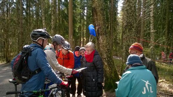 Maunulanmetsässä esiteltiin pyöräilijöille rakentamissuunnitelmia.
