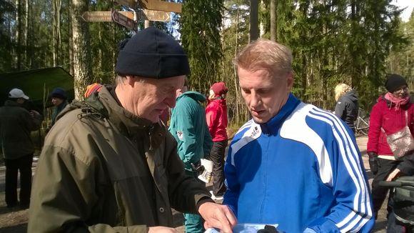 Ympäristöministeri Kimmo Tiilikainen (kesk.) pysähtyi juoksulenkillään juttelemaan maunulalaisen Matti Arposen kanssa.