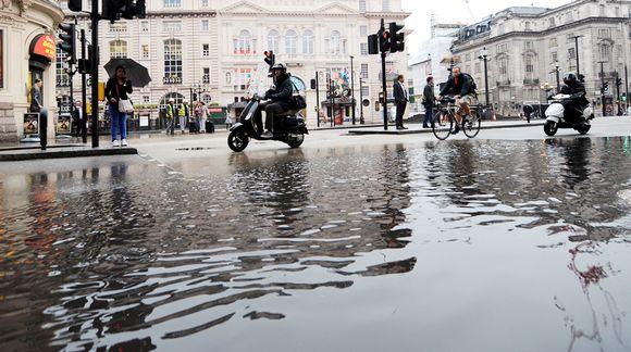 Tulvavettä Piccadilly Circus -aukiolla Lontoossa