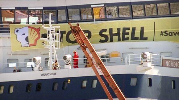 Greenpeacen Shellin vastainen banderolli jäänmurtajan kannella.