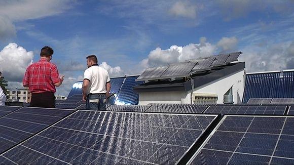 Järvenpääläisen nollaenergiatalon aurinkopaneelit tuottava kolmanneksen koko vuoden sähköntarpeesta. Ostamisen välttämisestä jää enemmän euroja, kuin sähkön myymisestä.