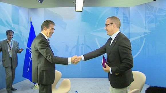 Anders Fogh Rasmussen shakes hands with Dan Ekholm from Yle.