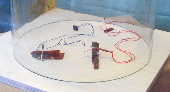 Kierrätysmateriaaleista tehtyjä koruja SPR:n putiikin näyteikkunassa