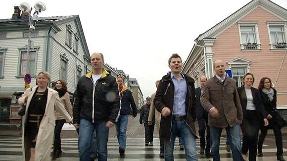 Ihmisiä kävelemässä.