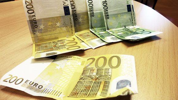 Euroseteleitä pöydällä.