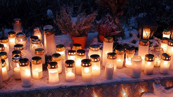 Kynttilöitä haudalla