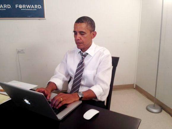 Presidentti Barack Obama istuu tietokoneen ääressä.