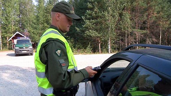 Rajavartija puhalluttaa autoilijan ratsiassa.