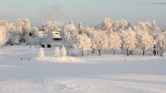 Video: Karjalantalo kuuraisten puiden ympäröimänä Ilosaaressa Pielisjoen rannalla.