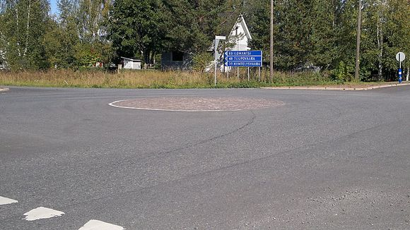 Liikenneympyrä Tenkan risteyksessä Tohmajärvellä.