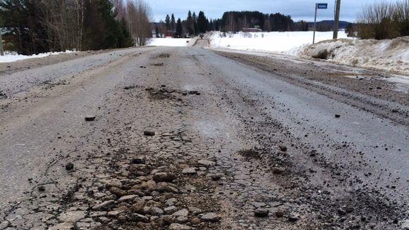 Vaurioitunutta tien pintaa Liperin Tutjuntiellä maaliskuussa 2015