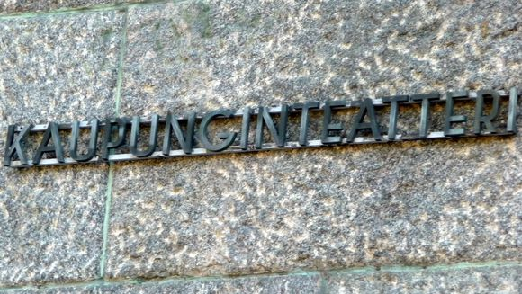 sana kaupunginteatteri teatterin kiviseinässä