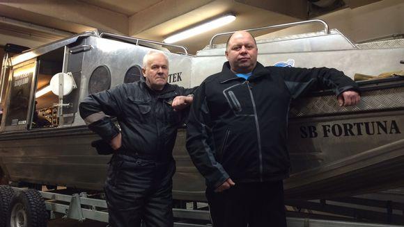 Reino Savukoski ja yrittäjä Matti Soininen (vas.) seisovat etsintävene SB Fortunan edessä.
