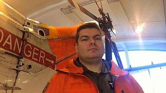Lasse Raatiniemi ja pelastushelikopteri.
