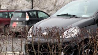 Mopoautoja parkkipaikalla.
