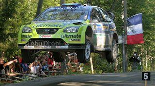 Mikko Hirvonen hyppää Urriassa. Kuva Rallikuvakisan satoa vuodelta 2007.