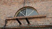Vanha ikkuna Kankaan paperitehtaalla.