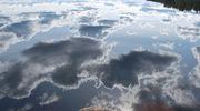 Poutapilvet heijastuvat järven pinnasta.