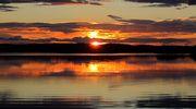 Auringonlasku järvimaisemassa.