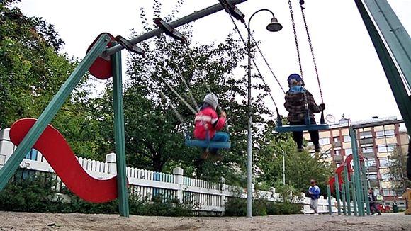 Lapset keinuvat leikkipuistossa.