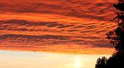 Tummanpunaisia pilviä taivaalla.