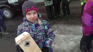 Kakkosluokkalainen Amalia Vesterinen sai pöntön valmiiksi. Pöntön sijoituspaikka on vielä arvoitus.