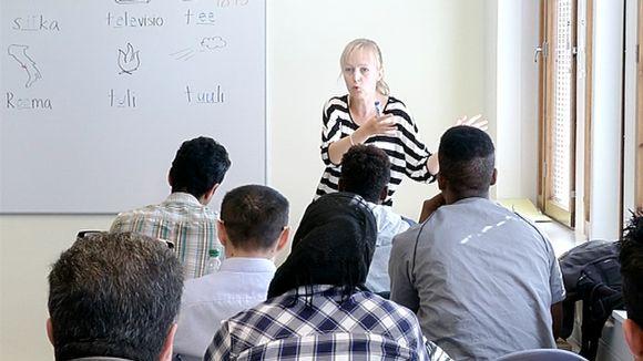 Maahanmuuttajia suomen kielen oppitunnilla Jyväskylässä.