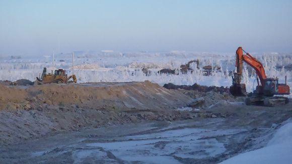 Kaksi kaivuria Talvivaarassa talvella.