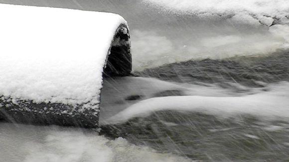 Puhdistettujen liikavesien juoksutus Talvivaaran kaivosalueelta.