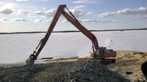 Talvivaaran kaivosalueella olevan kipsisakka-altaan paikkaukseen tarvitaan kaivinkonetta.