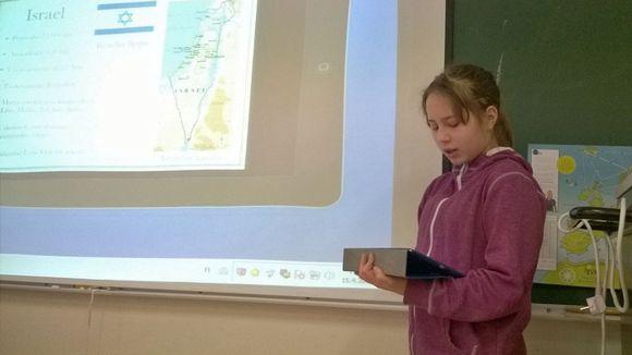 Viidesluokkalainen Sonja Alasalmi esittelee tabletilla tekemäänsä koulutehtävää