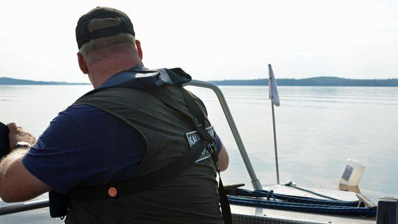 Kalastuksenvalvoja katsoo pyydysmerkkiä