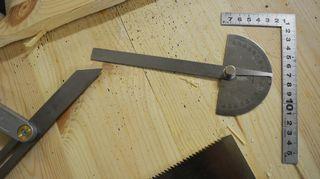 Puusepän työkaluja pöydällä.