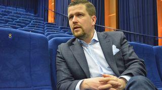 Klaus Härö istuu Kajaanin Biorexin salissa.