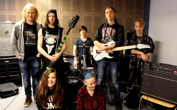 KAO:n musiikin opiskelijoita, jotka esiintyvät Kajaanin seurakunnan Hevimessussa.