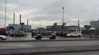 Terrafamen kaivoksen parkkipaikka ja rakennuksia.