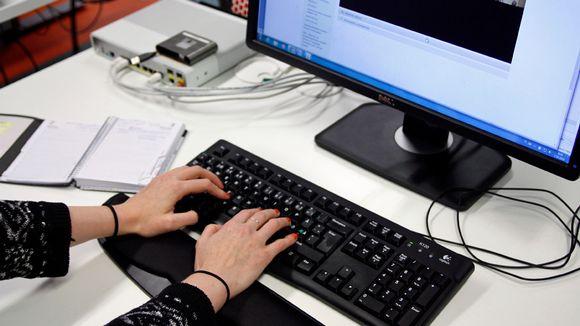 Näppäimistö ja tietokone.