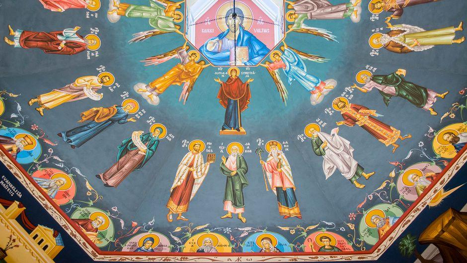 Maalauksia Kajaanin ortodoksisen kirkon katossa.