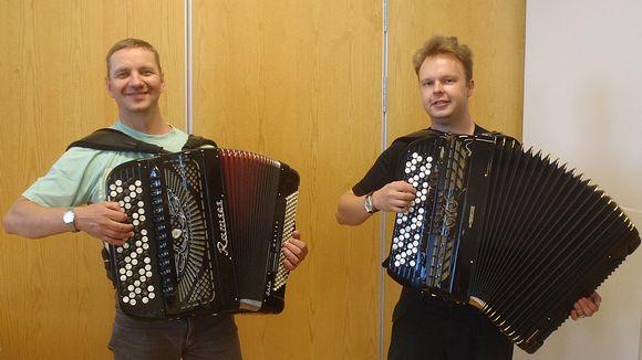 Kuvassa vasemmalla Tornion harmonikkakerhosta puheenjohtaja Ari Jaakkola ja taiteellinen johtaja Niko Mäenalanen.