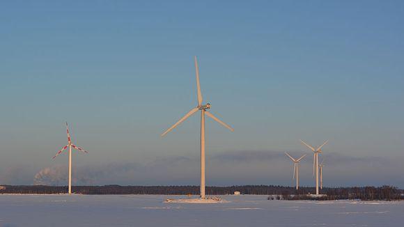 Tuulivoimaloita merellä ja Kemin sataman tuntumassa.