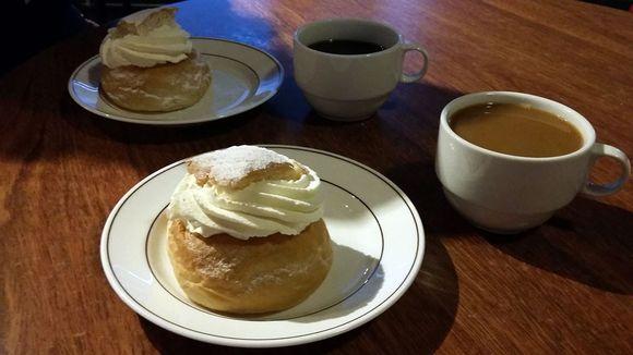 Laskiaispulla ja kahvikuppi