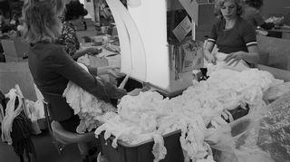Värjäämättömien yhdenkoon sukkahousujen tarkastusta Norlynin tehtaalla vuonna 1972.