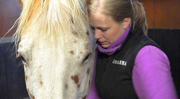 Johanna Kolehmainen hevosen kanssa.