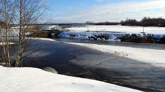 Tornion golfkentän tulva- ja sulamisvedet lasketaan kaupunginlahteen kanavan kautta