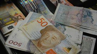 Ruotsin kruunuja ja Suomen euroja.